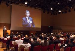 開学10周年記念式典で川原洋学長があいさつ