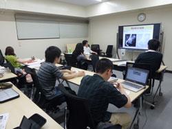 タッチディスプレイを使用してのグループ学習風景