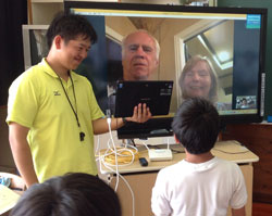 ALTの家族とビデオ通話で会話した