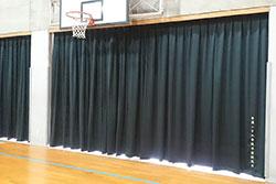 体育館窓に設置された暗幕