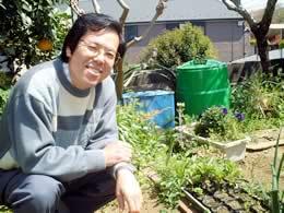 八木沢薫先生、自宅の庭にて