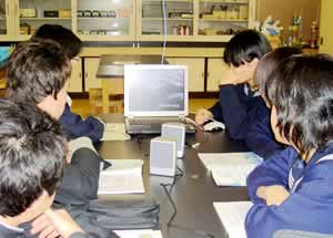 ノートPCに配信されたデジタルコンテンツで学習