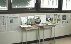 図書館に向かう廊下には新聞の切り抜きが掲示され、関連書籍も展示。生徒の興味を誘う