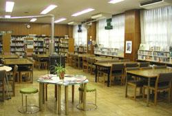 NDCで分類された新刊コーナーもある。普通教室の広さの隣室があり、2クラス同時の授業が可能