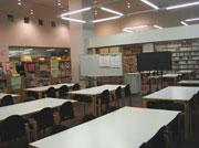2クラス同時に使用できる図書館 吹き抜けの壁(写真左奥の上)に窓 があり2階の廊 下から館内が見渡 せる。