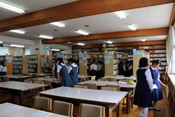 学校図書館を中学生が見学。