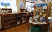 入口には「あたらしい本」「修学旅 行」「図書委員がすすめる一冊」と いったコーナーが目を引く