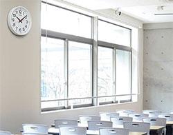 教室のどこからでも正確に時刻を確認できる