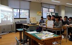 模擬授業教室にて実施されるテレビ会議・SNS仮想体験の様子