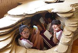 好間第一小学校。学生ボランティアがダンボールで「洞窟」を製作