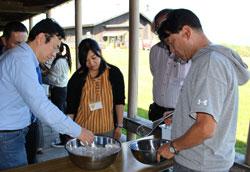 髙橋牧場では、野外テラスでアイスクリーム作りができる