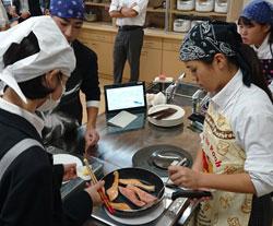調理実習で盛り付けの工夫を調べる(樟風中)