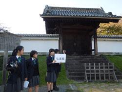 弘道館で生徒たちが案内