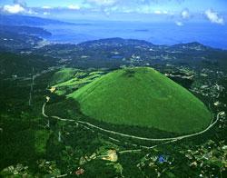 「大室山ぐるっとツアー」はお鉢を一周する 写真提供=伊豆半島ジオパーク推進協議会