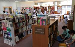 カーペットが敷かれた学校図書館。児童が頻繁 に訪れる。