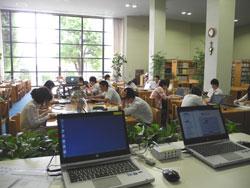 図書館本館の中央閲覧席は72席あり、上部は吹き抜けで広々している。 取材時は高校3年生が卒業論文を執筆中だった