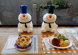 「レストラン ヒバリ特製 アッチのいもむしグラタン」(左)と「ドッチのお手伝いハンバーグプレート」