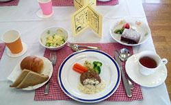 〈おすましランチのメニュー例〉 ポタージュ サラダ ハンブルグステーキ パン ガトーショコラ 紅茶