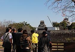 加藤神社境内から見た熊本城。天守閣は2年後の入場見学を目指す