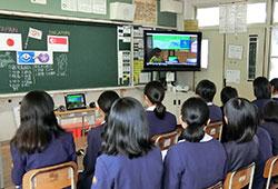 鹿児島市教育委員会は大型提示装置にミラキャスト機能を持つ「スクリーンビーム750A日本版」を整備して活用している