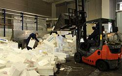 使用済みの発泡スチロールの箱が集められリサイクルされる