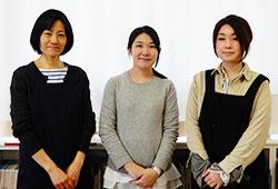 左から、徳井敏恵学校図書館司書、大西亜里紗司書教諭、福山恵子学校図書館司書