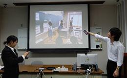 鹿児島大学教職大学院で院生はタブレットやスマートフォンで写真を提示して授業見学の様子を報告し合っている