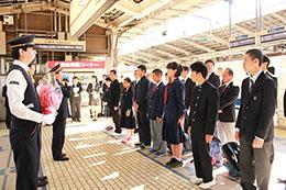 出発する8校の代表生徒が参加(東京駅)