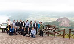 有珠山ロープウェイの展望台からは、有珠山の噴火によって生成された洞爺湖と昭和新山が一望できる
