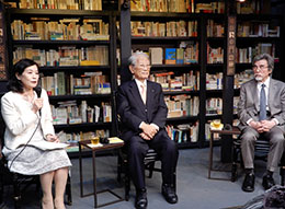 9月26日の記者発表会では、理化学研究所・松本紘理事長(中央)、小谷元子理事(左)、編集工学研究所・松岡正剛所長(右)が登壇