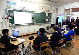 手前が6年生、奥の廊下が5年生で算数の複式教育を公開