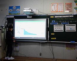 児童が各班の発表を電子黒板にメモ。各班の発表はすぐに印刷して黒板に掲示している