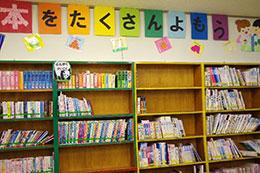 東濃特別支援学校では、朝の読書をきっかけに学校図書館を改めて開館。整備に力を入れ、バーコードリーダーを導入。返却しやすいよう本の背に色のシールを張るなどの工夫も
