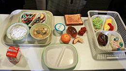 授業の給食サンプルは七尾市立七尾東部中学校美術部の生徒たちが製作