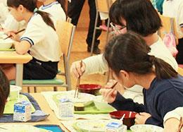 最初に「ニジマスのマヨネーズ焼き」を食べきる児童が多かった
