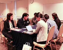 相談会では、参加した29団体が旅行会社や学校の質問に丁寧に対応した