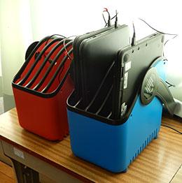 タブレットPCをプラスチックのカート(LocknCharge)に入れて常設