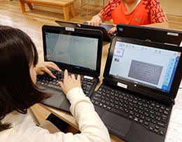 タブレットPCのデジタルメモを見ながらMousePro-P116B-EDUを使い、Wordでレポートをまとめた