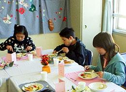 真っ白なテーブルクロスや洋食器が、特別な雰囲気を盛り上げる