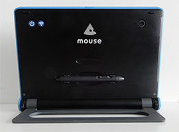 背面からWiFiと電源のインジケーターを確認できる。電子ペン(オプション)を背面に装着できる