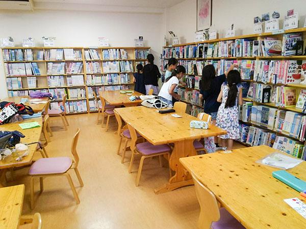 世田谷区立赤堤小学校の学校図書館。石井氏が読書ボランティアの世話人を務める