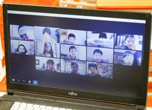 オンライン朝の会で子供の表情を確認