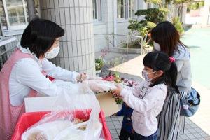 南房総市ではおうち給食の配付時に教職員が子供の様子を確認