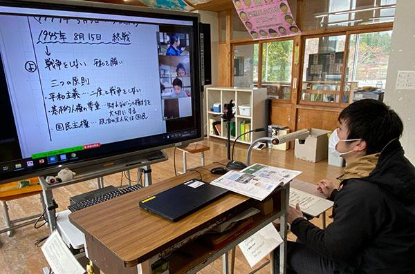 電子黒板に教員用PC画面とWebカメラで投影した教員を提示。書画カメラと指向性マイクも使っている