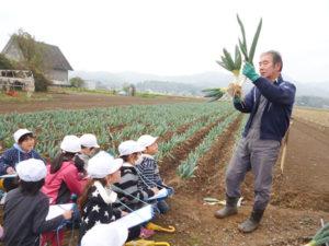 農場では生産者から収穫などについて話を聞き食への関心を高めた