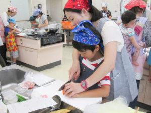 親子料理教室では、親子や兄弟姉妹で協力しながら調理を楽しんだ