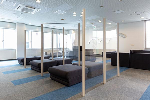 ロビー等の広いスペースを仕切った「待合室」