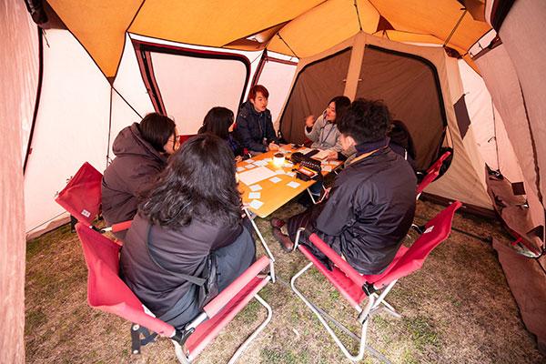 大学敷地内や校舎内に設置されたテントの中で活発な話し合いが行える