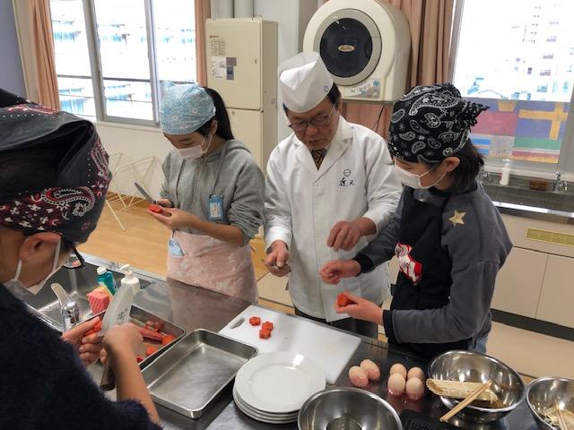 子供たちは土曜料理教室として、五色うどんに挑戦。地元の日本料理人に伝統食文化を学ぶ