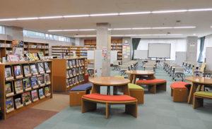 学校図書館。コロナ対策として授業で使用する机は個別に並べている